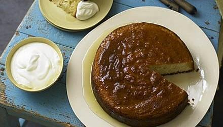 Ingrédients 200g de farine à gâteau, tamisée 100g d'amandes en poudre 150g de sucre en poudre 1 c. à thé de poudre à pâte 2 gros œufs, battus à la...